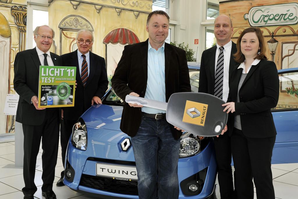 Sieger nimmt Renault Twingo in Empfang