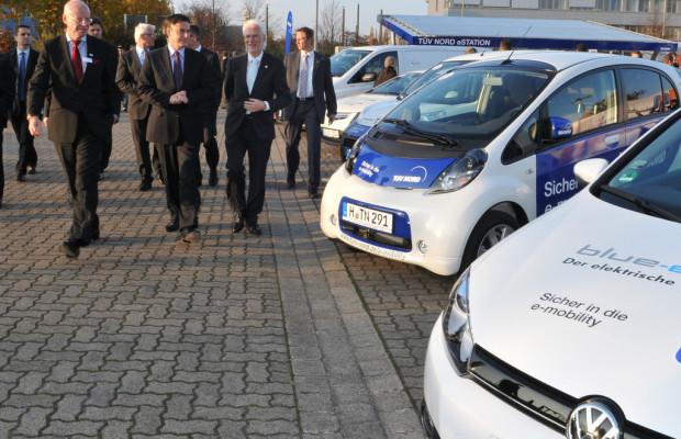 TÜV Nord eröffnet Solartankstelle: Kostenlos laden in Hannover