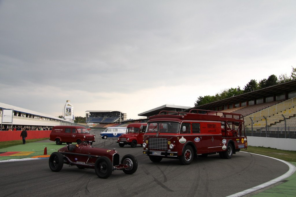 Tradition: Eine Auswahl der Fahrzeuge des Sonderthemas nehmen auf der Start-und-Ziel-Geraden des Hockenheimrings Aufstellung.