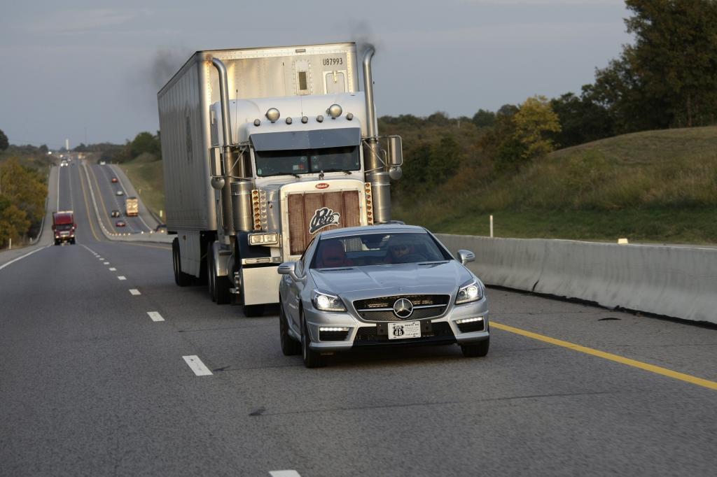Typischer Begleiter: Riesen-Trucks nach US-Bauart