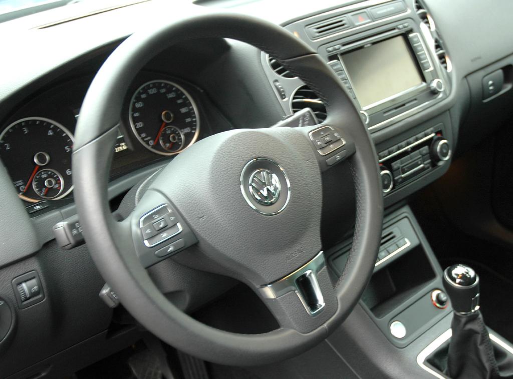 VW Tiguan: Blick ins übersichtlich gestaltete Cockpit.