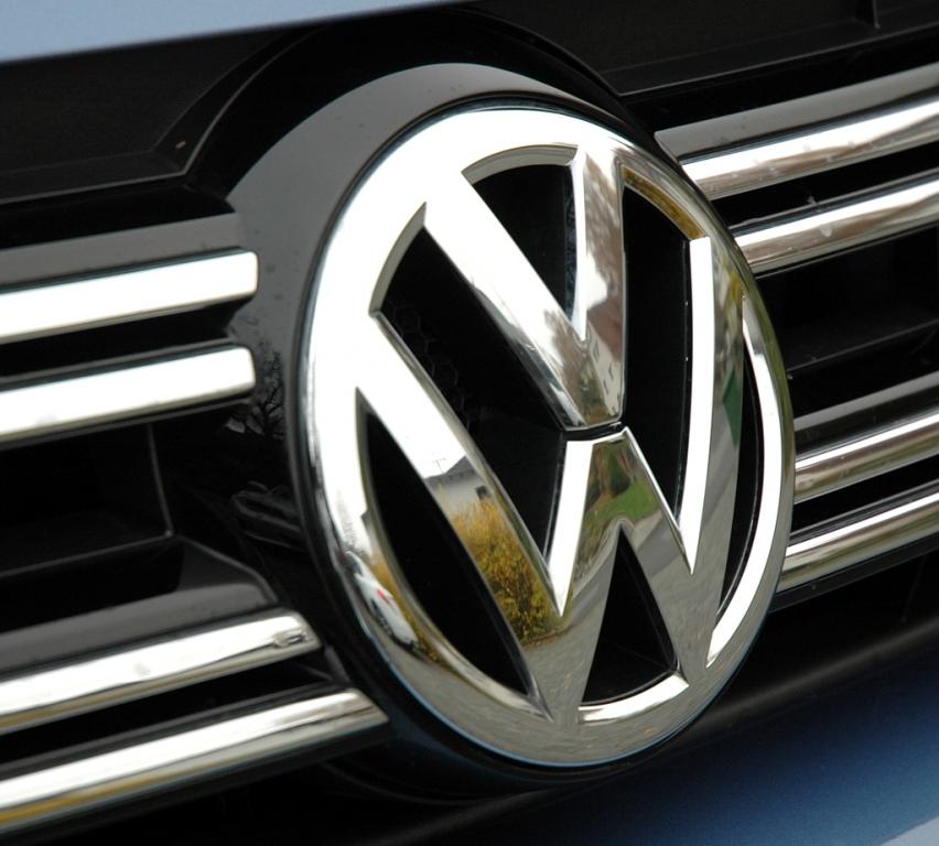 VW Tiguan: Das Markenlogo sitzt vorn mittig im Kühlergrill.