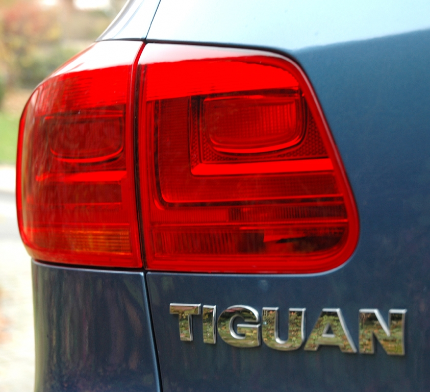VW Tiguan: Moderne Leuchteinheit hinten mit Modellschriftzug.