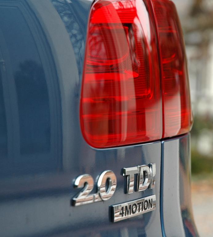 VW Tiguan: Moderne Leuchteinheit hinten mit Motorisierungs- und Allradschriftzug.