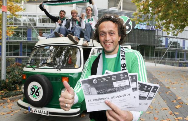 Vier Hannover-96-Fans fahren im grün-weißen Bulli zum Auswärtsspiel nach Kopenhagen