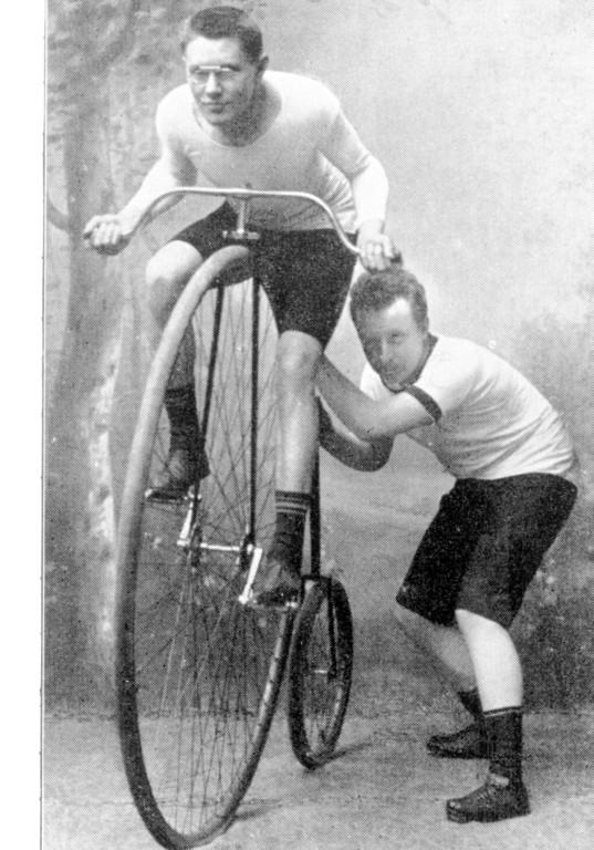 150 Jahre Opel: Früher Radrennsport: Wilhelm Opel leistet einem Sportskameraden Starthilfe.