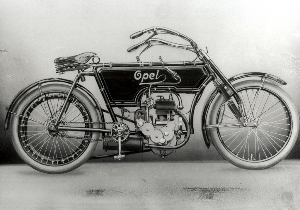 150 Jahre Opel: Opel Zweizylinder-Luxus- Motorrad mit 3 1/2 PS und elektromagnetischer Zündung aus dem Jahr1905.