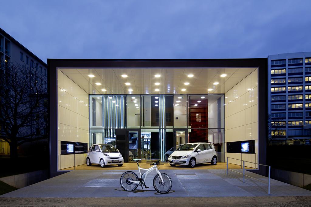 """Ab März 2012 stehen den Bewohnern des """"Effizienzhaus-Plus"""" ein Mercedes-Benz A-Klasse E-Cell, ein Smart Fortwo Electric Drive der zweiten Generation und ein Smart Ebike zur Verfügung."""