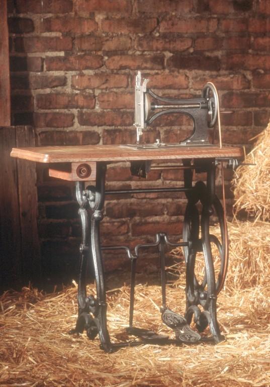 Adam Opels erste handgefertigte Nähmaschine (1862).