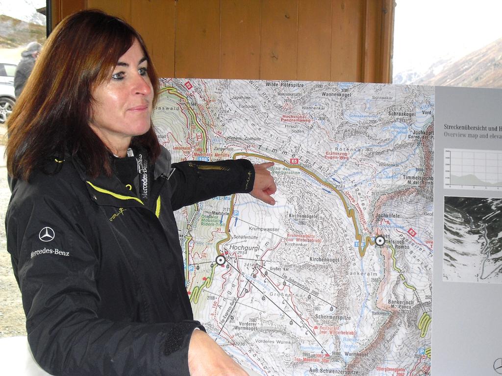 An der Karte: Mercedes-Instruktorin Weykopf bei der Einweisung.