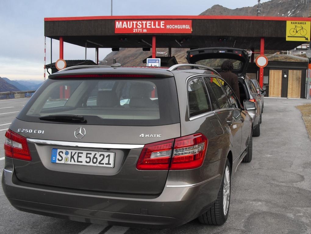 Auch der Vierzylinder-E250-Diesel, hier als Kombi vor der Mautstelle zum Timmelsjoch bei Hochgurgl, ist mit Allrad kombiniert