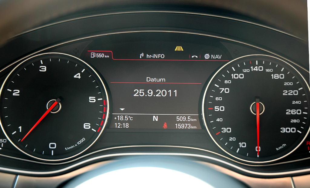 Audi A7 Sportback: Blick durch den Lenkradkranz auf die Rundinstrumentierung.