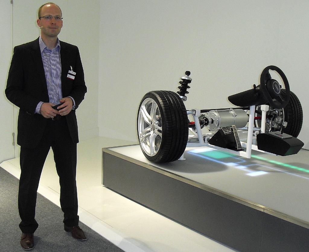 Audi-Entwickler Tilo Koch an einem By-wire-Fahrwerk.