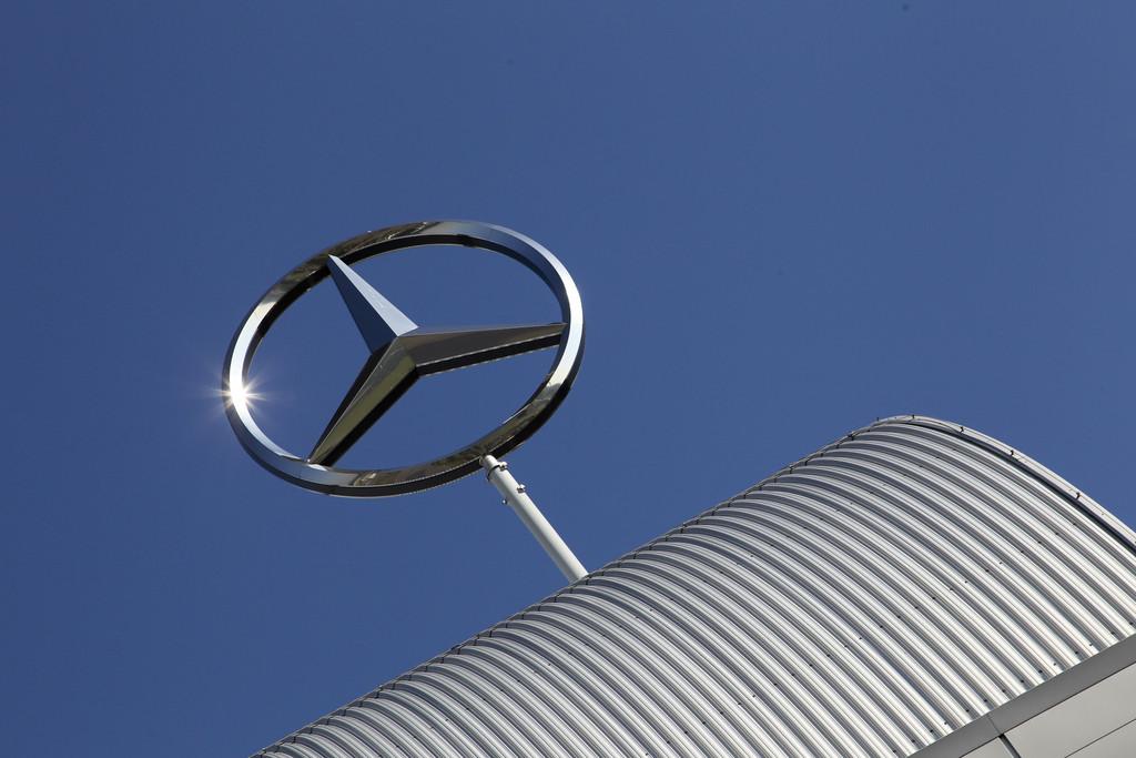 Daimler-Mitarbeiter übergeben 1700 Geschenkpakete an Tafel