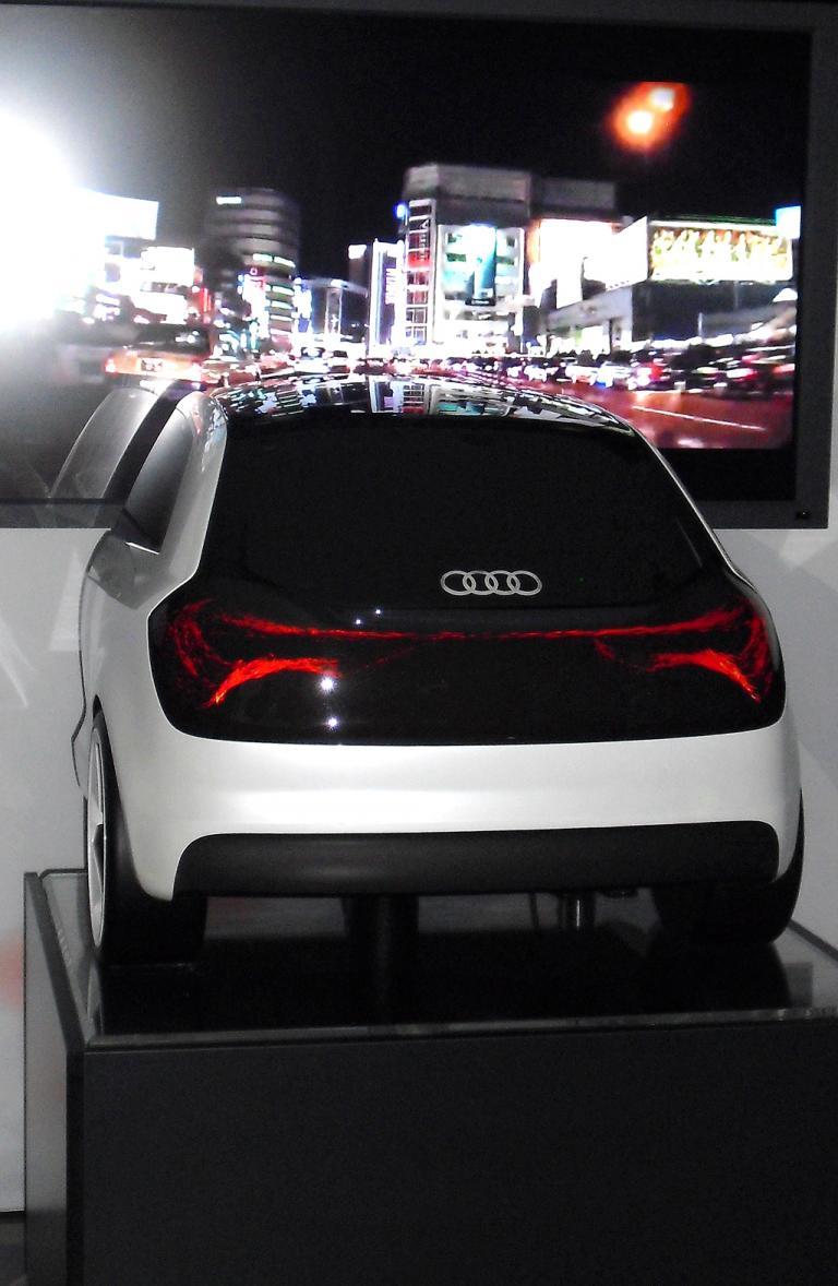 Das Heck als Lichtfläche, auf der Punkte die Bewegung des Autos anzeigen.