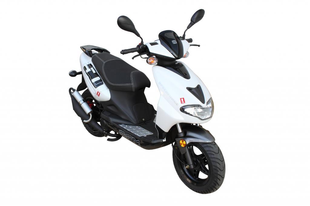 Der 50 ccm-Roller Speedforce von SFM ist als 45 km/h schnelle Ausführung und als 25 km/h-Mofa-Version bis zum 31. Dezember für 1 299 Euro erhältlich, danach kostet er 1 399 Euro.