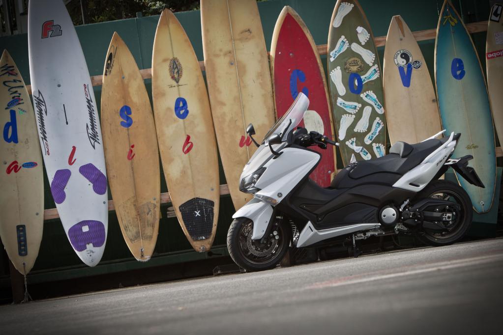 Der Yamaha TMax bildet seit seiner Einführung im Jahr 2001 die Messlatte für alle Scooter im Maxi-Bereich über 500 ccm Hubraum, er gilt sozusagen als perfekter Roller und hat jetzt mehr Hubraum und Leistung.