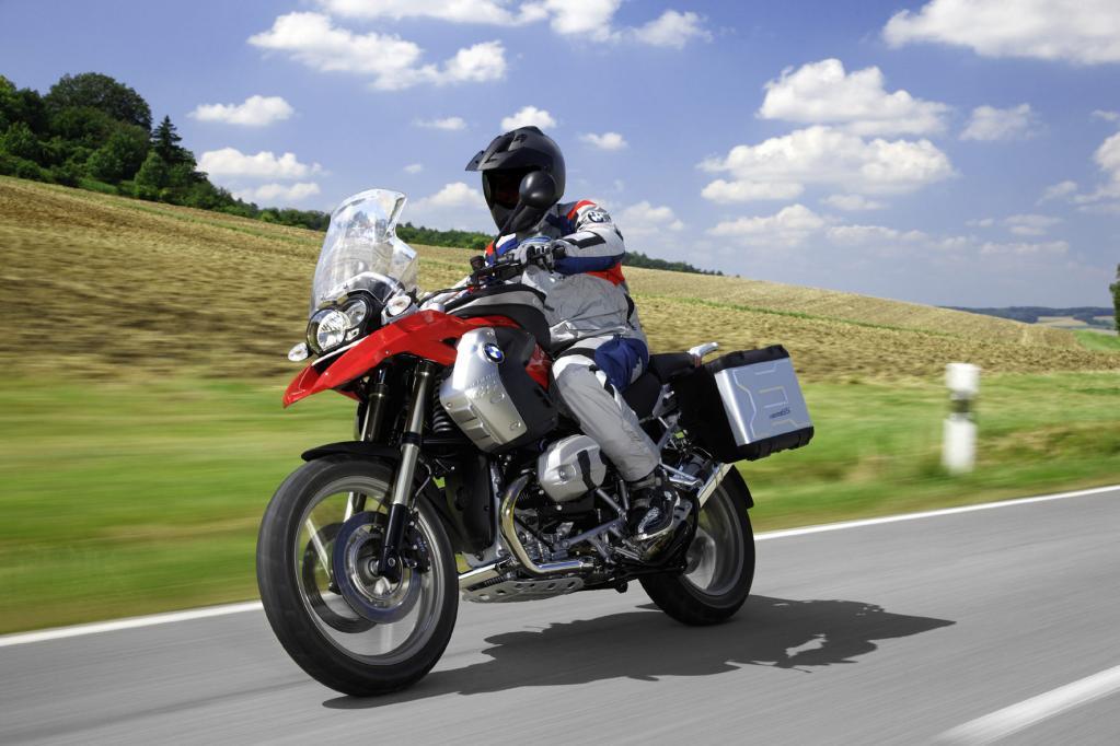 Die BMW R 1200 GS fährt im deutschen Motorradmarkt ganz vorne und animiert den Wettbewerb zu vergleichbaren Crossover-Modellen.