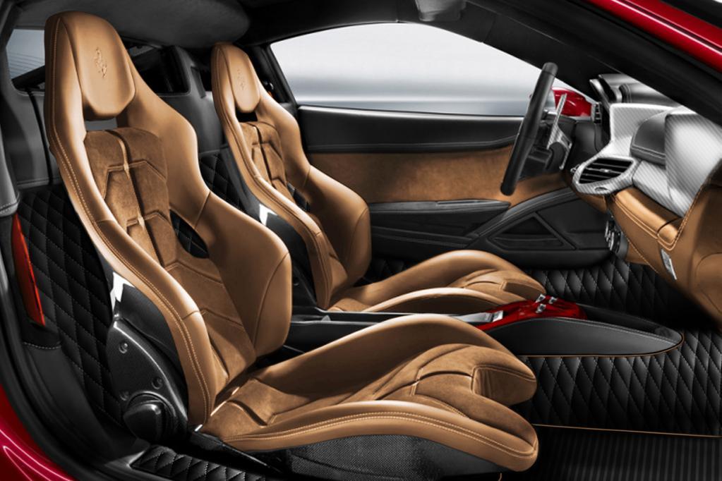 Dieser Ferrari 458 Spider wurde mit Gämse-Ledersitzen, Diamant-gestepptem Stoff und GFK-Armaturenbrett mehr als edel ausgestattet.