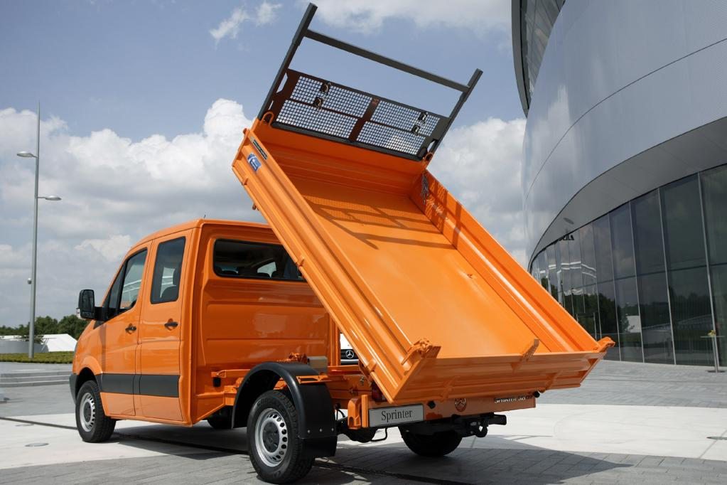 Eine Domäne des bayerischen Unternehmens Meiller sind Dreiseitenkipper: Nutzfahrzeuge wie der Mercedes-Benz Sprinter, deren Aufbau zum Entleeren nach drei Seiten gekippt werden kann.