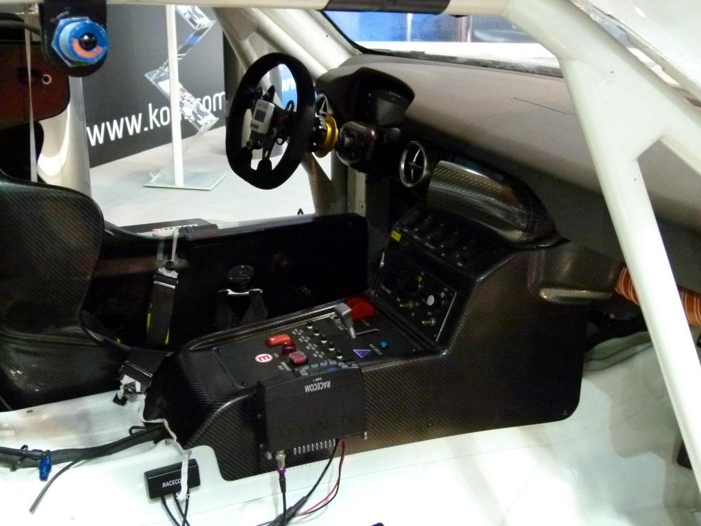 Essen Motor Show 2011: Mercedes-Benz SLS AMG GT3 – Flügelmonster mit Koni-Dämpfern | Spartanisch-funktionaler Innenraum