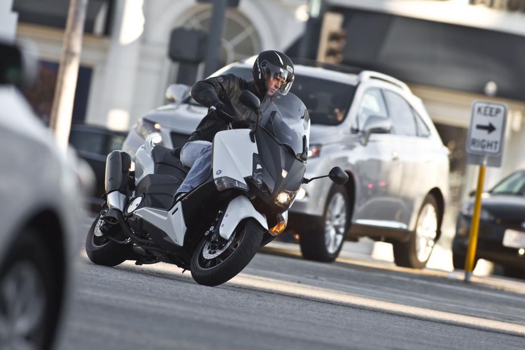 Fast spielerisch lässt sich der Yamaha TMax 530 auch durch schnell folgende Kurvenpassagen bewegen, Lenkimpulse setzt der Roller sogleich in Richtungsänderungen um, ohne überhandlich zu wirken.