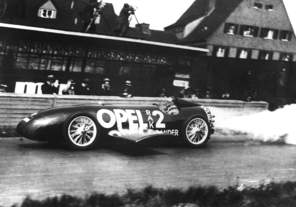 Fritz von Opel, genannt der 201ERaketenfritz201C, erreicht mit seinem RAK2 am 23. Mai 1928 auf der Berliner Avus einen Geschwindigkeitsrekord von 238 km/h.