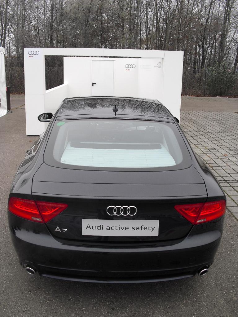 Gute Ausgangsposition: Audi A7 ohne Fahrer vor der Garage.