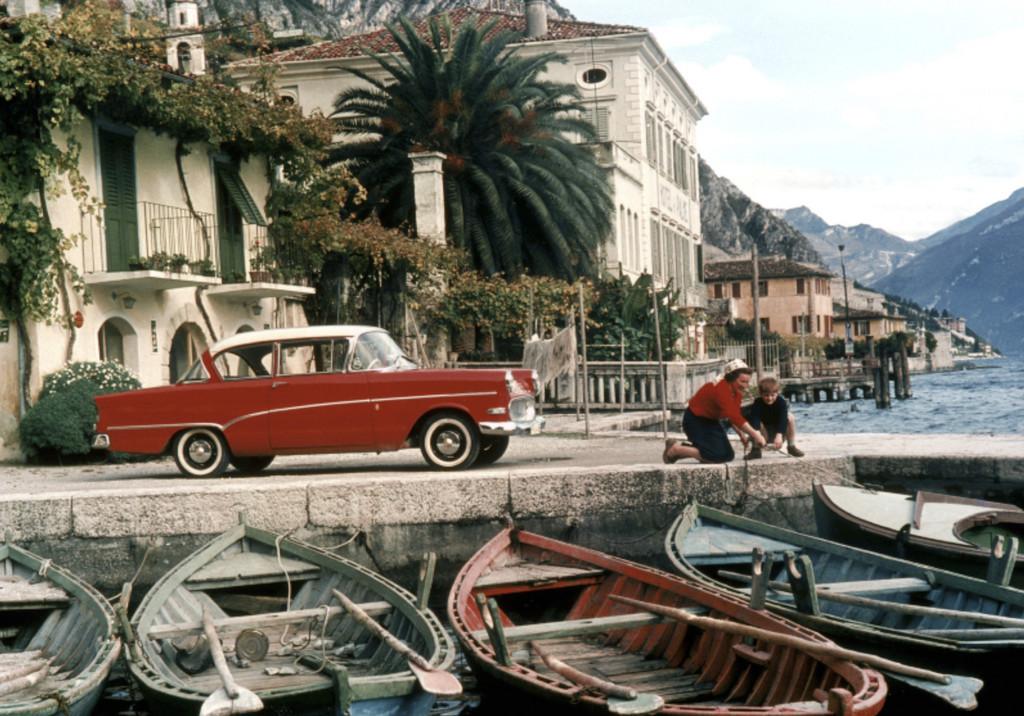 In Autos wie der Opel Rekord P1 (1957) entdecken die Deutschen Reiseziele wie Italien.
