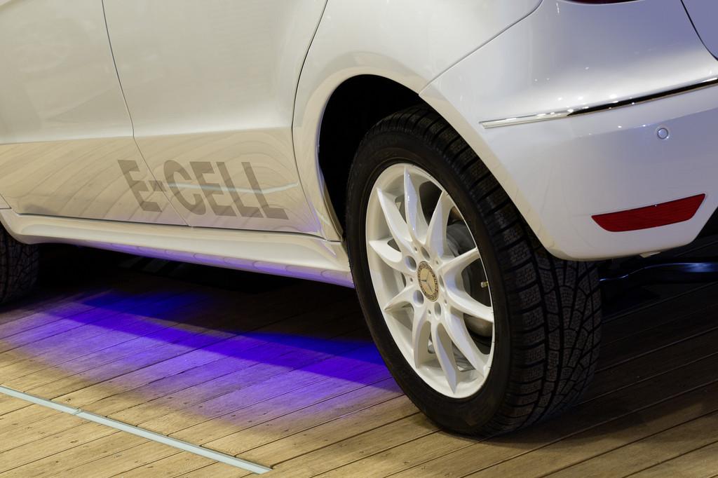 Induktives Laden: Eine Anzeige im Display hilft dem Fahrer, die Elektro-A-Klasse richtig über der Ladespule zu positionieren.