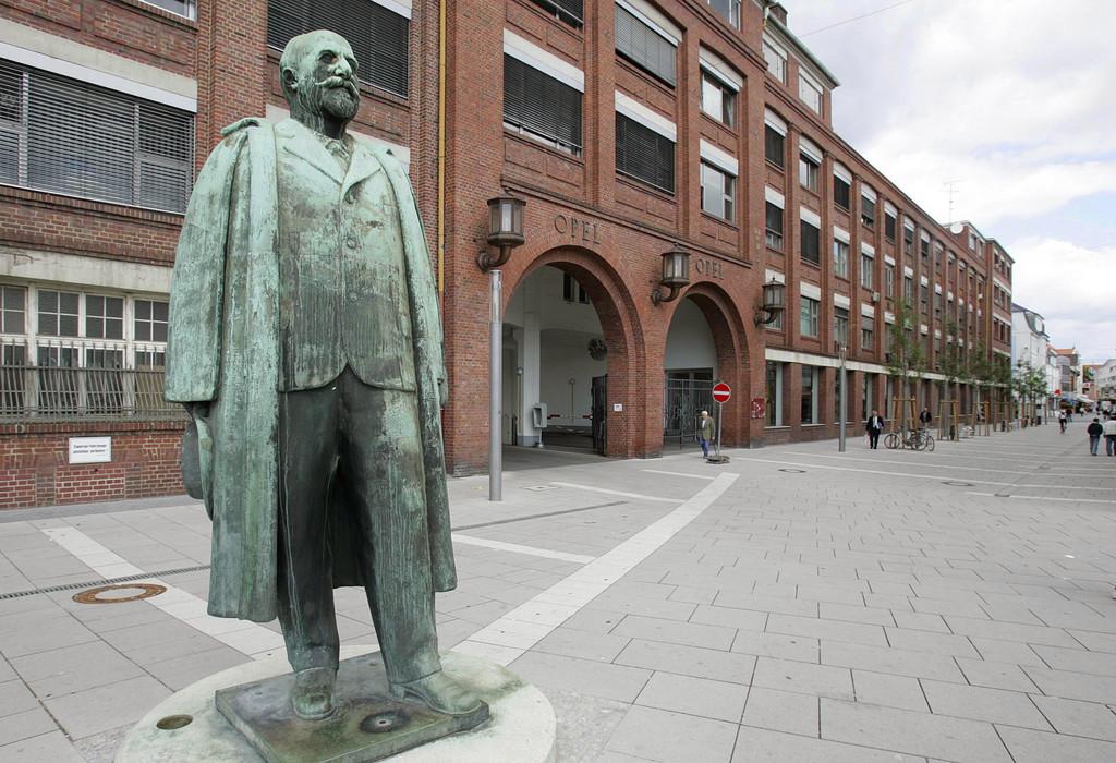 Industrie-Denkmal: Adam-Opel-Statue vor dem Hauptportal des historischen Opelwerks im Zentrum von Rüsselsheim.
