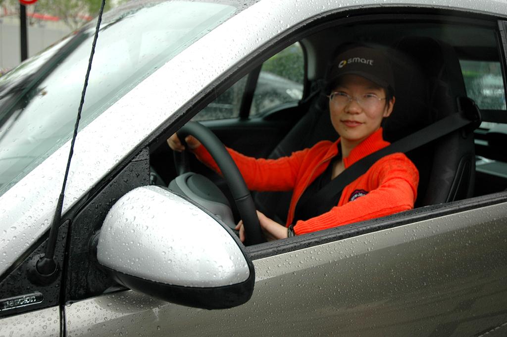 Junge Chinesin in einem Smart: Der Automarkt im Reich der Mitte boomt weiter.
