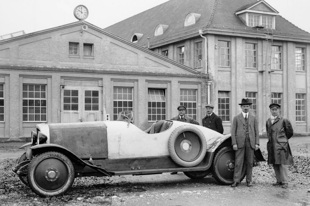 Karl Maybach vor einem Typ W3, 1924