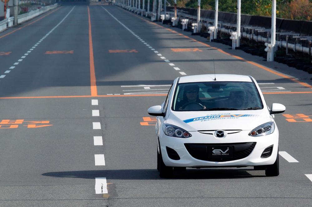 Mit Elektroantrieb wiegt der Mazda 2/ Demio rund 100 Kilogramm mehr als die Ausführung mit Verbrennungsmotor, aber bisher gibt es nur Prototypen.