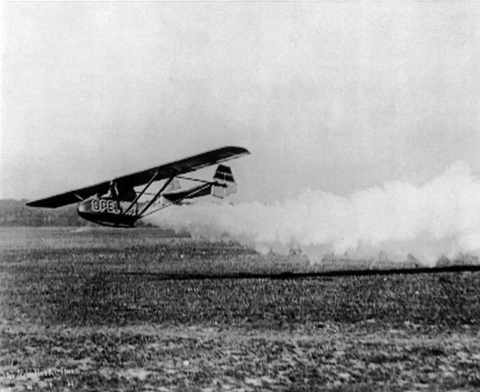 Opel hebt ab: Am 30. September 1929 unternimmt Fritz von Opel auf dem Frankfurter Rebstockgelände mit dem speziell konstruierten Flugzeug RAK1 den ersten bemannten und öffentlichen Raketenflug der Welt.