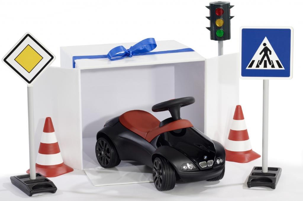 Passen zum BMW Baby Racer gibt es pädagogisch wertvolle Verkehrsschilder