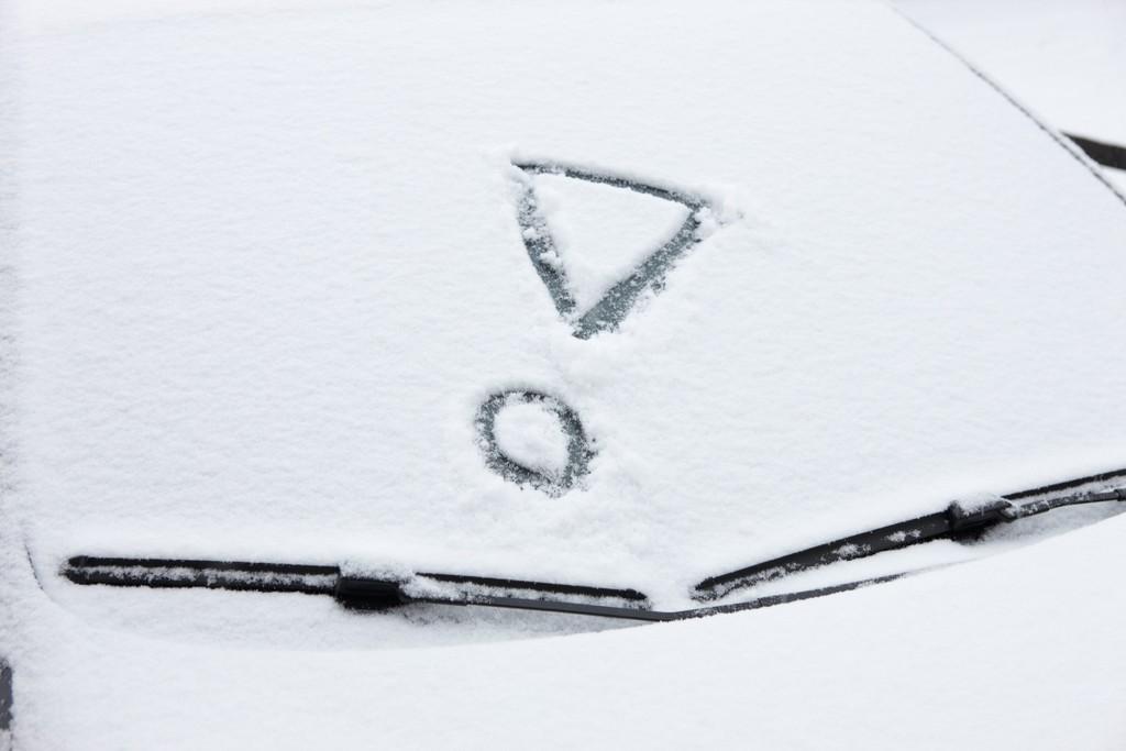 Ratgeber: Autoscheiben großzügig von Schnee und Eis befreien