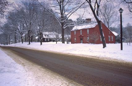 Recht: Schnee vom Dach beschädigt Auto