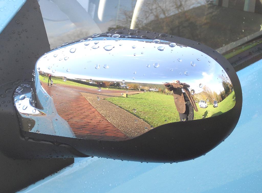 Renault Twingo: Blick auf den hier schwarz umrandeten Außenspiegel.