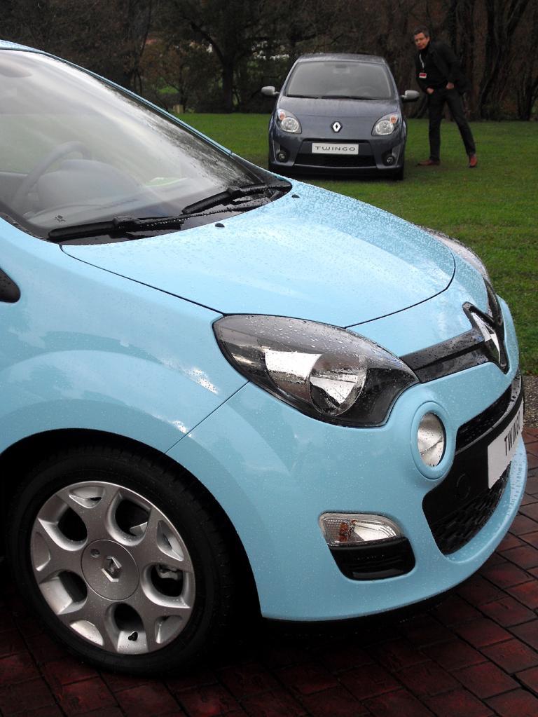 Renault Twingo: Blick auf die Frontpartie, hinten das Vorgängermodell.