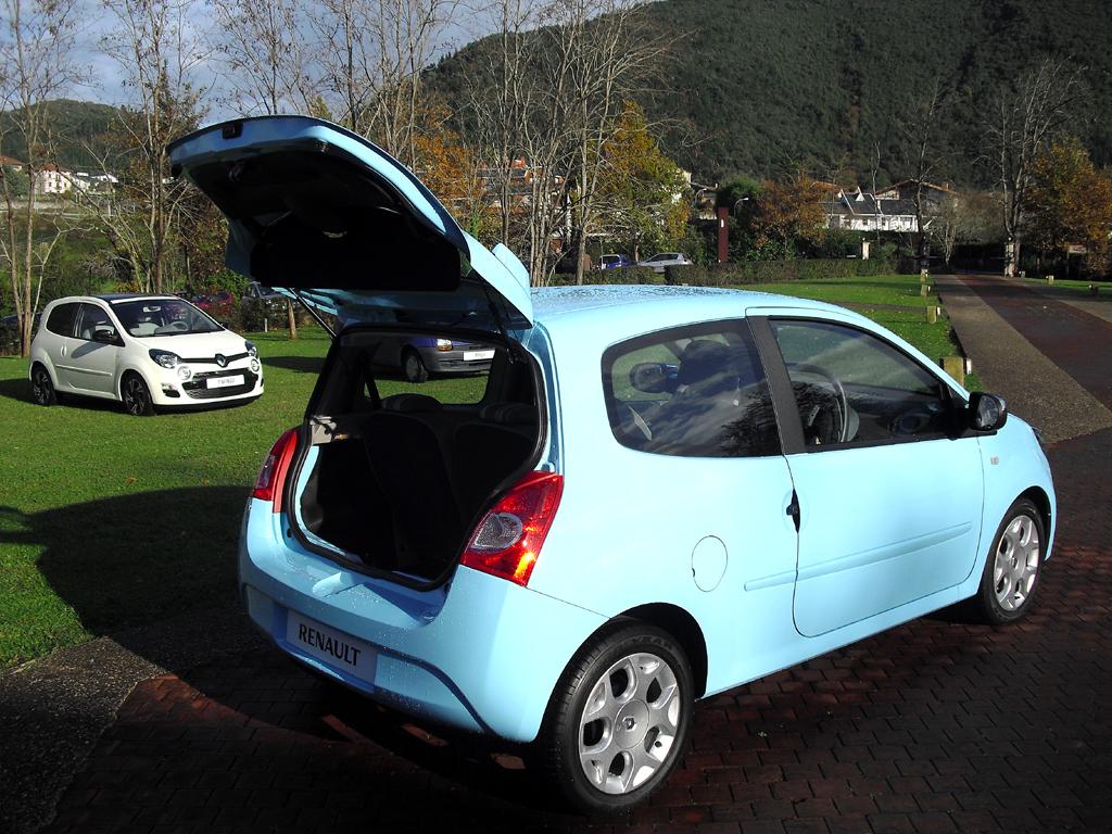 Renault Twingo: Ins Gepäckabteil passen 230 bis 951 oder 165 über 285 bis 959 Liter.