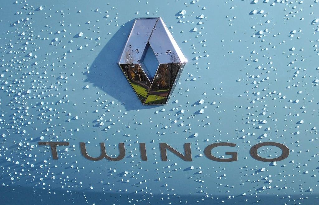 Renault Twingo: Markenlogo mit Modellschriftzug auf der Heckklappe.