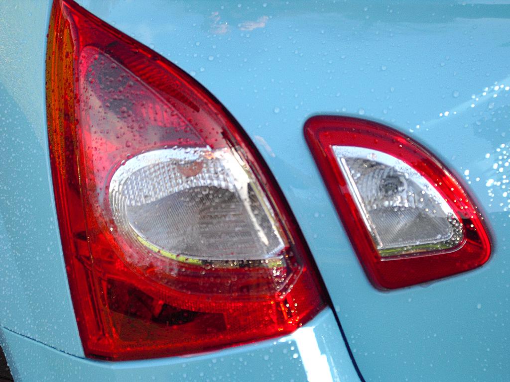 Renault Twingo: Ungewöhnlich ist die Teilung der Heckleuchten.