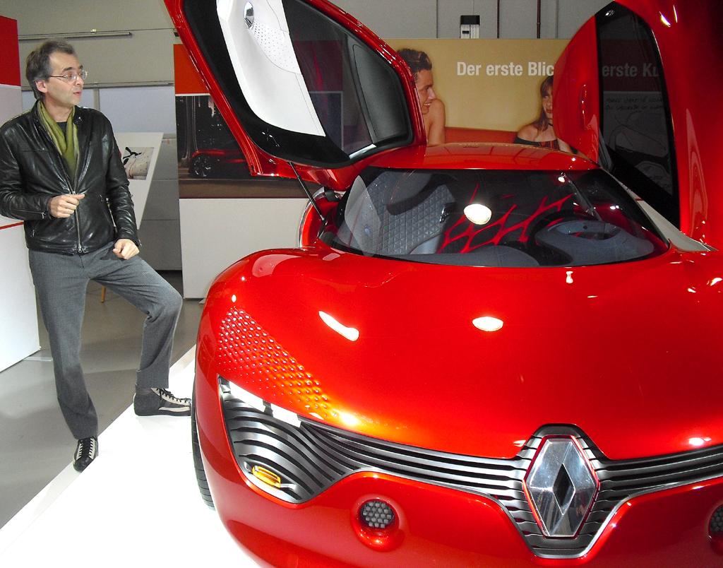 Renaults Konzeptfahrzeug-Chef Axel Breun an der Dezir-Studie.