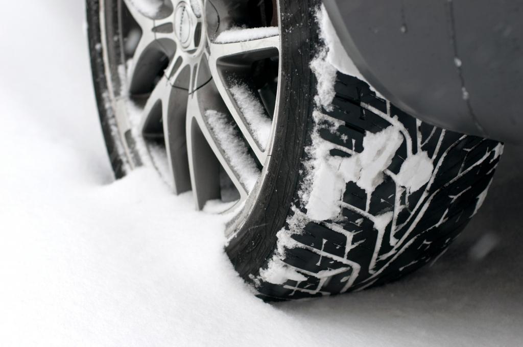 Umfrage belegt: Wenig Wissen über Versicherung und Winterreifen
