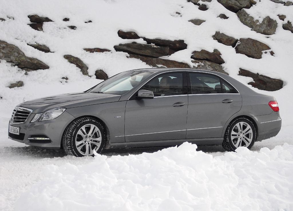 Von der Passhöhe auf dem Weg zurück: Mercedes-E-Klasse.