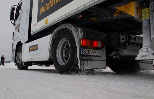 Warum Lkw wegen Schnee an Steigungen hängenbleiben