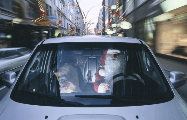 Weihnachtsmänner unterwegs - Bart ab im Auto