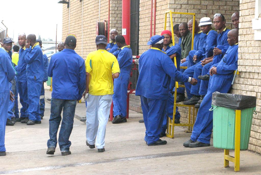 Arbeiter während einer Pause auf dem Werksgelände in Silverton.