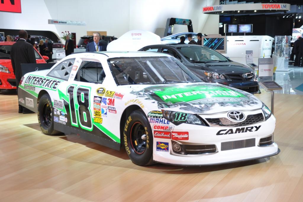 Auch Rennwagen wie dieser umgebaute Toyota Camry sind in Detroit zu sehen